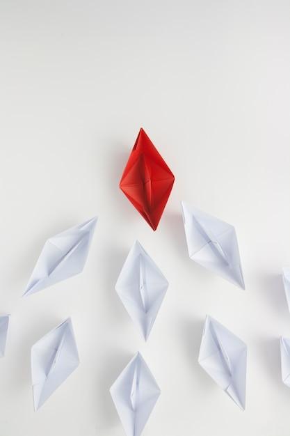 Navire de papier rouge menant les blancs Photo Premium