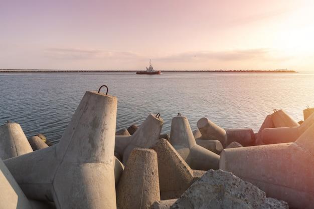 Navire-remorqueur va en haute mer pour remorquer un cargo vers le port. Photo Premium