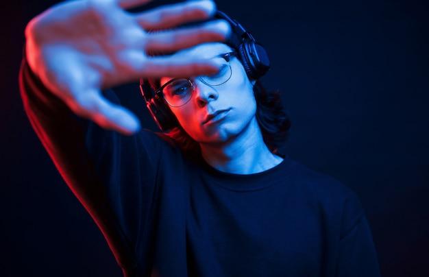Ne Me Dérange Pas. Studio Tourné En Studio Sombre Avec Néon. Portrait D'homme Sérieux Photo gratuit