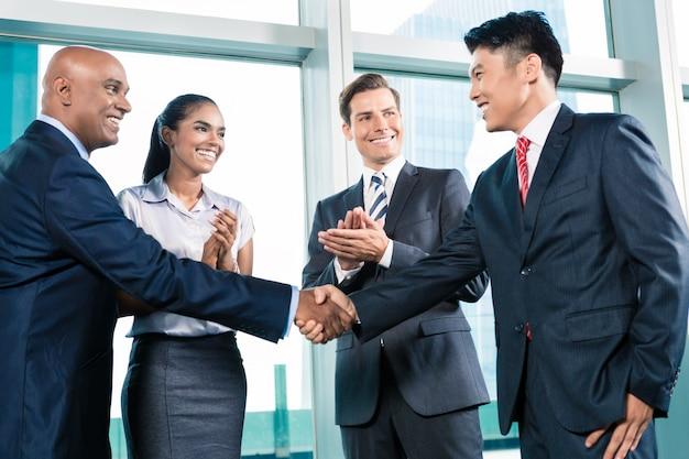 Négociation d'affaires dans un bureau somptueux avec vue sur la ville Photo Premium