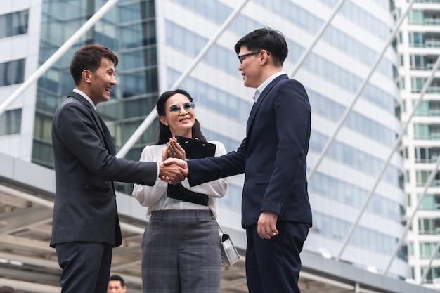 Négociation d'affaires, image d'hommes d'affaires serrant la main avec un accord d'affaires, poignée de main gestes gens Photo Premium