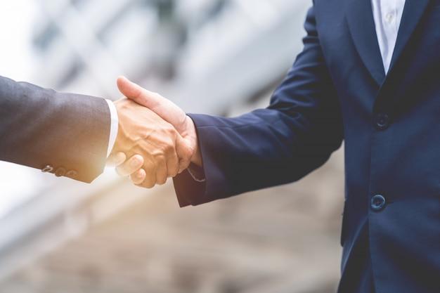 Négociation d'affaires, image d'hommes d'affaires serrant la main avec un accord pour les entreprises, négociation Photo Premium