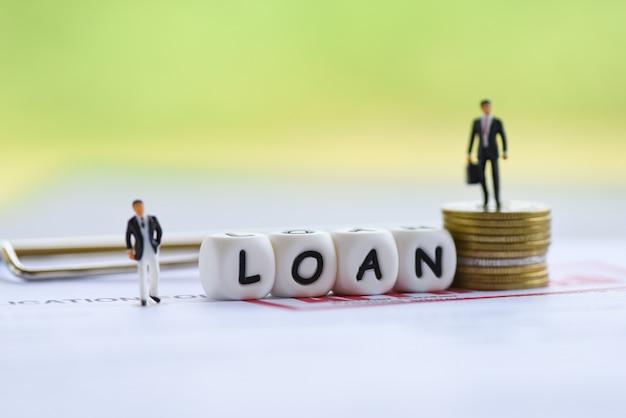 Négociation de prêts financiers entre prêteurs et emprunteurs Photo Premium