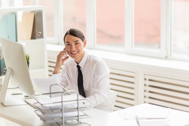 Négociation téléphonique avec un partenaire commercial Photo gratuit