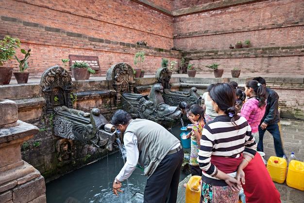 Les népalais vont chercher de l'eau Photo Premium