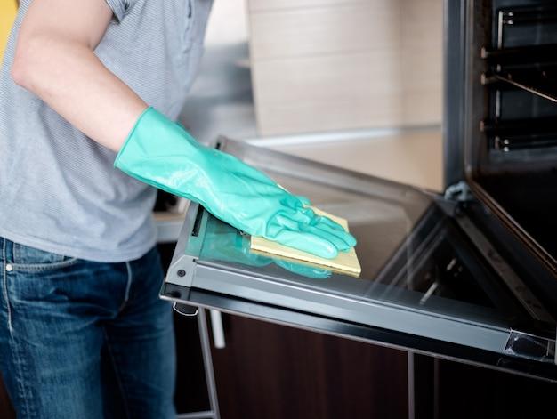 Nettoyage du four de la cuisine Photo Premium