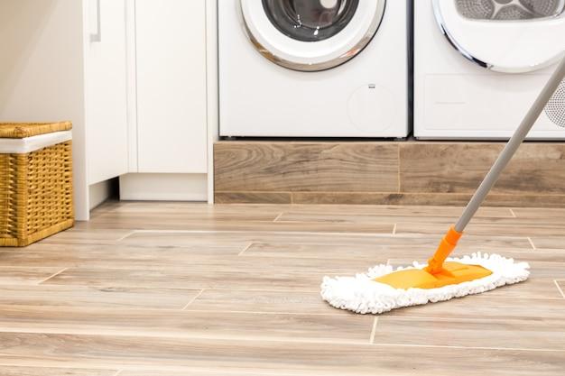 Nettoyage du sol dans la buanderie de la maison moderne Photo Premium