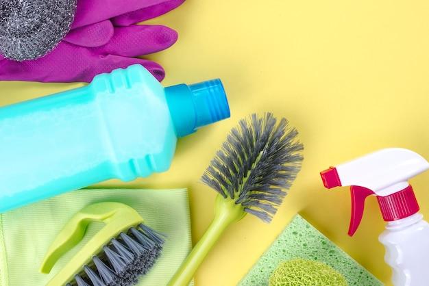 Nettoyage des fournitures sur fond jaune Photo gratuit