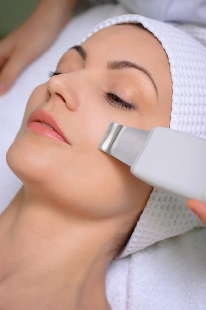 Nettoyage par ultrasons de la peau dans un salon de beauté Photo Premium