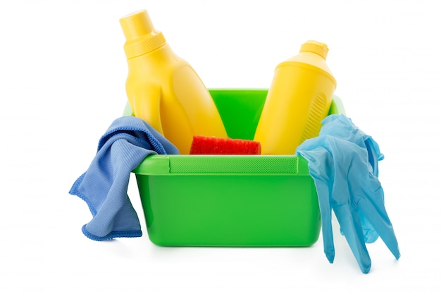 Nettoyants et équipement dans un seau isolé Photo Premium