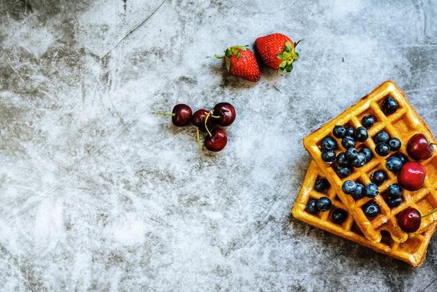 Nettoyer le fond avec des fruits rouges et des gaufres Photo Premium