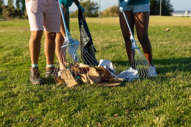 Nettoyer la pelouse des ordures en papier Photo gratuit