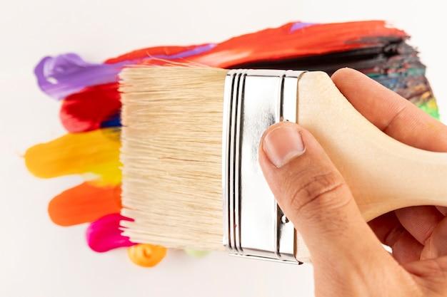 Nettoyer le pinceau sur les traces de peinture Photo gratuit