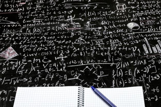 Nettoyez Le Cahier Des élèves Avec Un Tableau Noir à Stylos Avec Des Exemples Et Des Formules Photo Premium