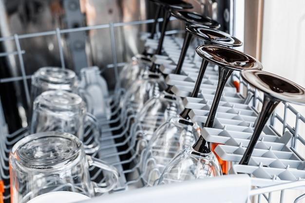 Nettoyez les lunettes après le lavage au lave-vaisselle. Photo Premium
