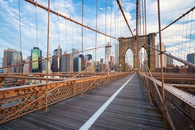 New York City Brooklyn Bridge à Manhattan Avec Des Gratte-ciel Et Sur Les Toits De La Ville Sur La Rivière Hudson. Photo gratuit