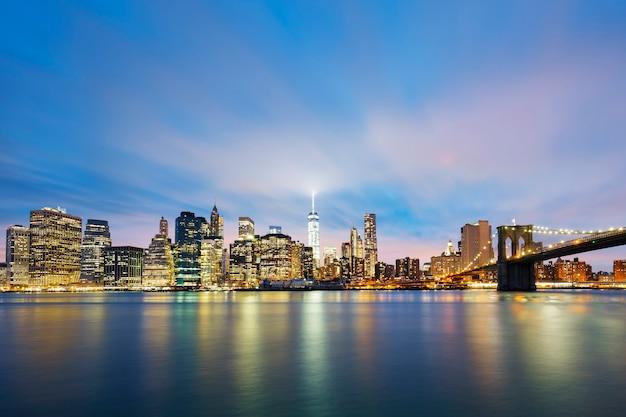 New York City Manhattan Midtown Au Crépuscule Avec Des Gratte-ciel Illuminés Sur La Rivière East Photo gratuit