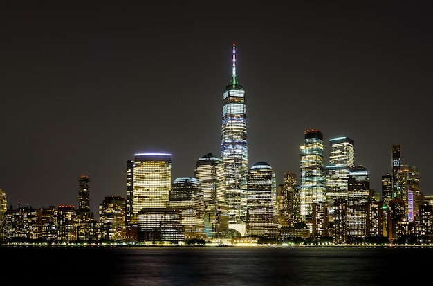 New York City Manhattan Ny Skyline Panorama De Nuit Sur La Rivière Hudson Avec Reflets Vu Du New Jersey Usa Photo Premium