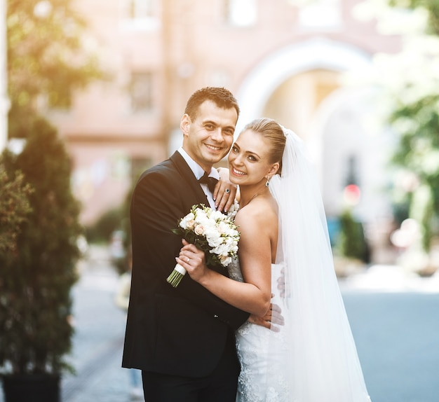 Newlyweds Souriant Photo gratuit
