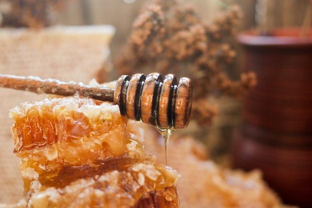 Nid d'abeille avec une cuillère à miel Photo Premium