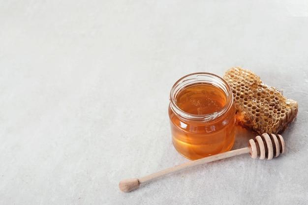 Nid D'abeille Avec Pot Photo gratuit