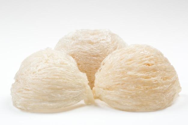 Nid d'oiseau comestible sur papier blanc Photo Premium
