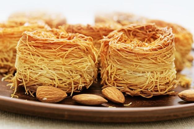 Nid d'oiseau oriental traditionnel avec du miel et des noix se bouchent. Photo Premium