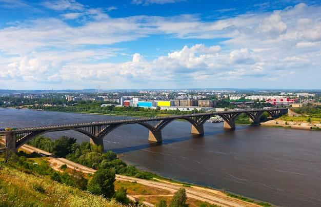 Nijni Novgorod Avec Le Pont Molitovsky à Travers La Rivière Oka Photo gratuit