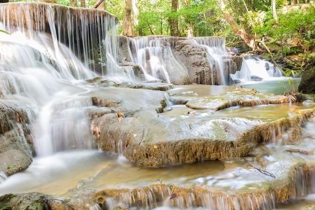 Niveau six de la cascade huai mae kamin à kanchanaburi, thaïlande Photo Premium