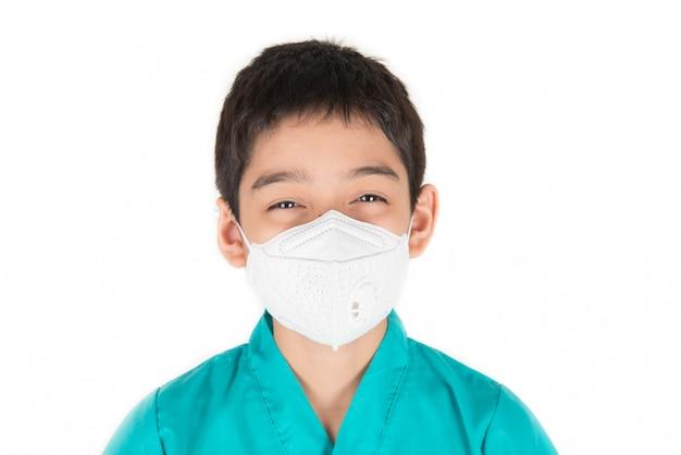 Niveaux dangereux de qualité de l'air pollué pour les enfants malades, les garçons portent un masque protecteur contre la poussière Photo Premium