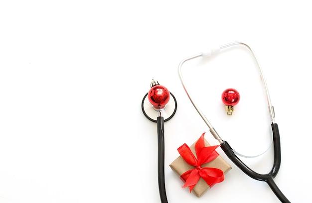 Noël, Flatlay Médical Du Nouvel An. Stéthoscope, Cadeau, Décorations De Noël Sur Fond Blanc. Copiez L'espace. Photo Premium