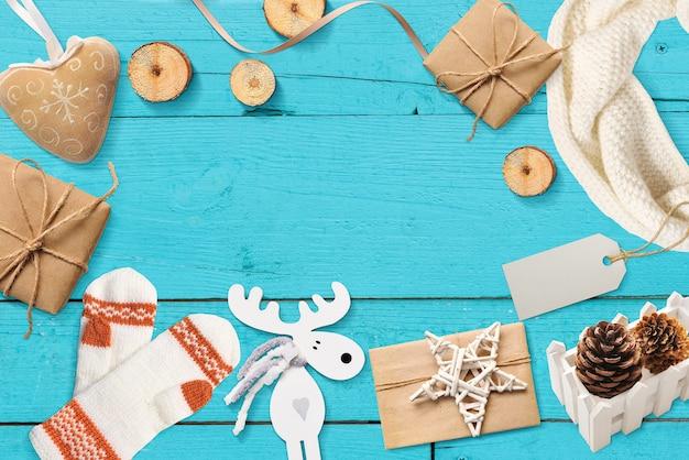 Noël maquette avec la place pour votre texte de décor sur une surface turquoise Photo Premium