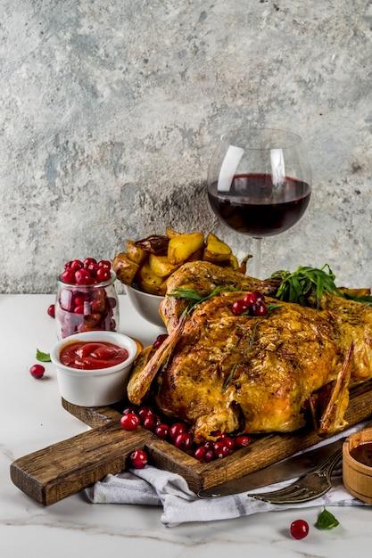 Noël, Nourriture De Grâces, Poulet Rôti Au Four Avec Canneberges Et Herbes Photo Premium