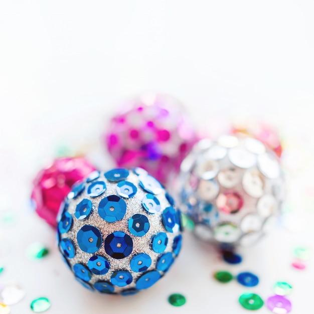 Noël et nouvel an avec des boules lumineuses. décorations à la main pour arbre de noël avec des paillettes scintillantes colorées. Photo Premium
