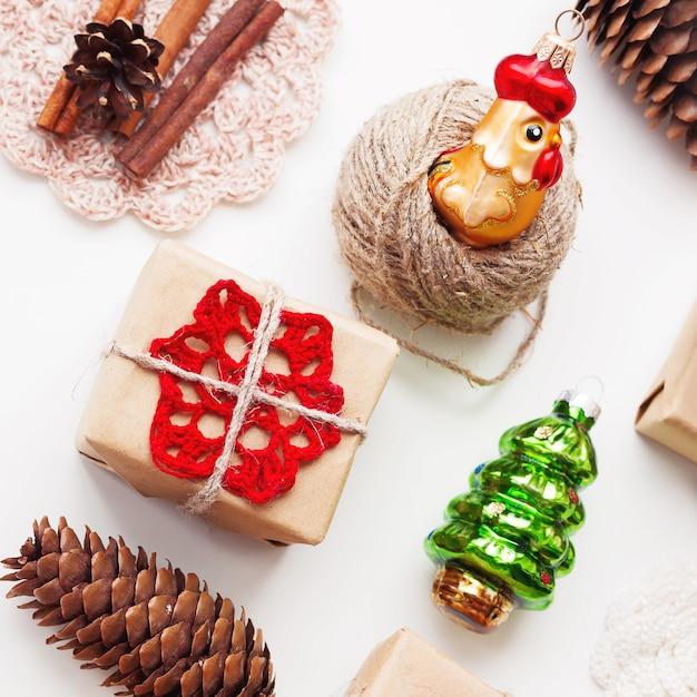 Noël et nouvel an avec des cadeaux faits à la main emballés dans du papier kraft et des décorations Photo Premium