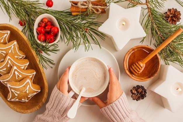 Noël plat poser avec des biscuits au gingembre et de cacao. concept de fond de noël Photo Premium