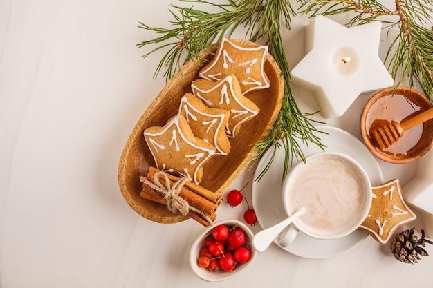 Noël plat poser. cadre de table de noël avec des biscuits au gingembre et cacao, vue de dessus. concept de fond de noël Photo Premium