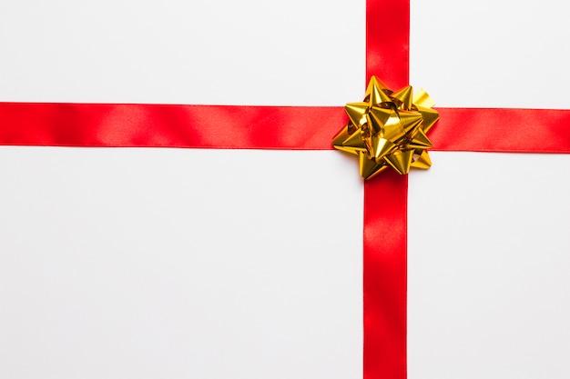 Noeud Cadeau Brillant Avec Ruban De Soie Photo gratuit