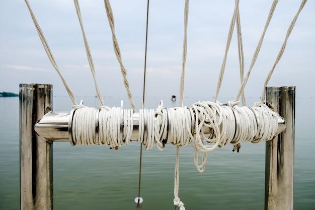 7 et 8 CORDES, guitares-et-basses, impro/composition, investigations Noeud-corde-fond-mer-bateau-comme-ligne-marine-marine-forte-attachee-ensemble_28914-676
