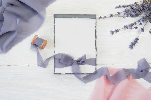 Noeud Ruban Blanc Avec Un Tissu Rose Et Bleu Et Des Fleurs De Lavande Photo Premium