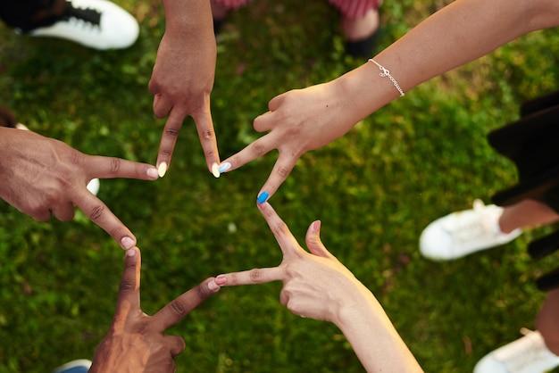 Les Noirs Avec Les Mains Jointes. Photo Premium