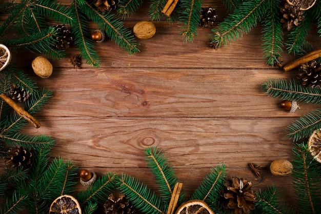 Noix et brindilles de noël sur le bureau en bois Photo gratuit