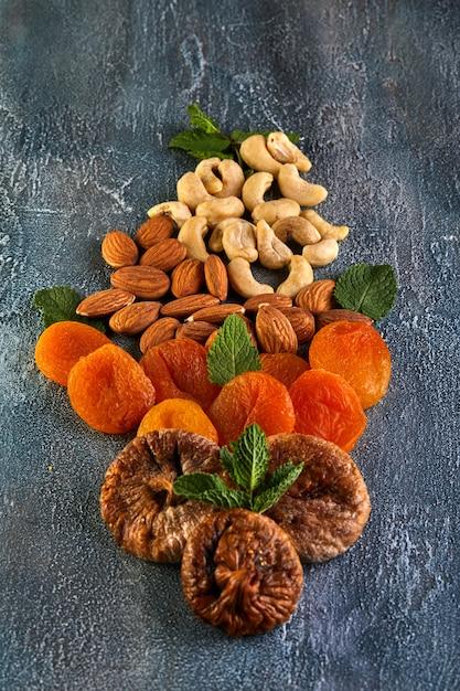 Noix de cajou amandes séchées abricots et figues séchées en forme de bouquet de fleurs Photo Premium