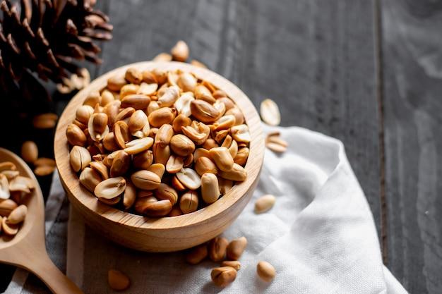 Les noix de cajou sont posées sur une table en bois blanche. Photo Premium