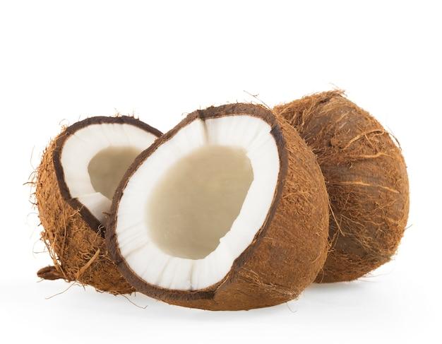 Noix de coco coupée en deux sur blanc Photo Premium