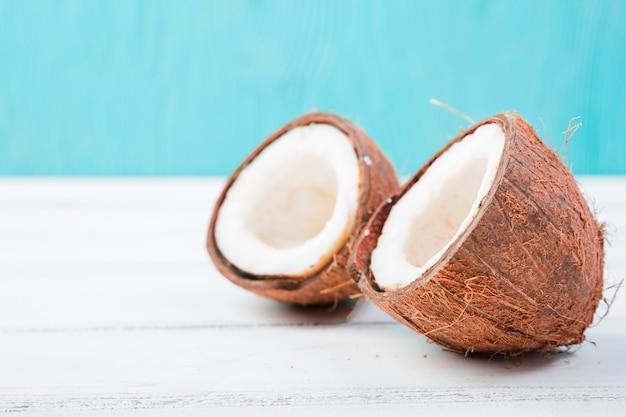 Noix de coco fraîches à bord Photo gratuit