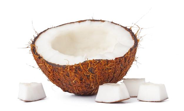 Noix De Coco Moitiés Isolées Sur Blanc Photo Premium