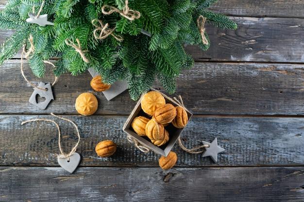 Noix De Gâteau Au Caramel Salé Pour Le Nouvel An. Décor En Béton Photo Premium