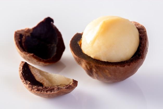Noix de macadamia isolés sur fond blanc. Photo Premium