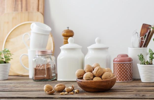 Noix En Plaque De Bois Sur La Cuisine Photo Premium